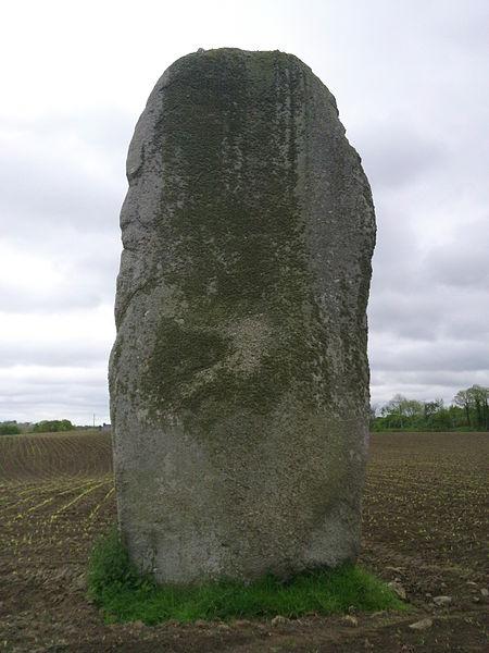 Photo du Monument Historique Menhir de Kerguézennec situé à Bégard