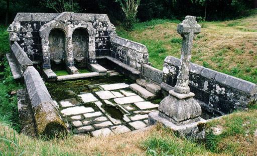 Photo du Monument Historique Fontaines dites du Coq, de la Vierge et des Sept Saints de Bretagne situé à Bulat-Pestivien