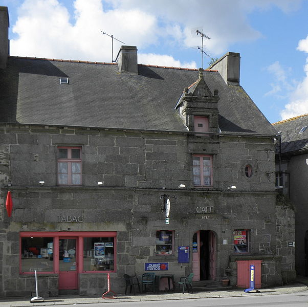 Photo du Monument Historique Maison, face à l'église situé à Corlay