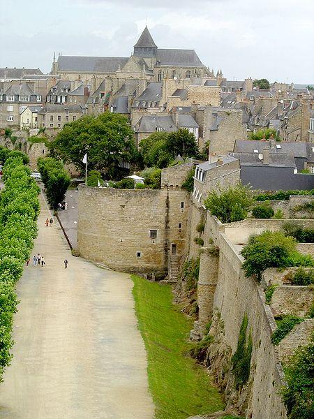 Photo du Monument Historique Remparts, tours et portes de la ville situé à Dinan