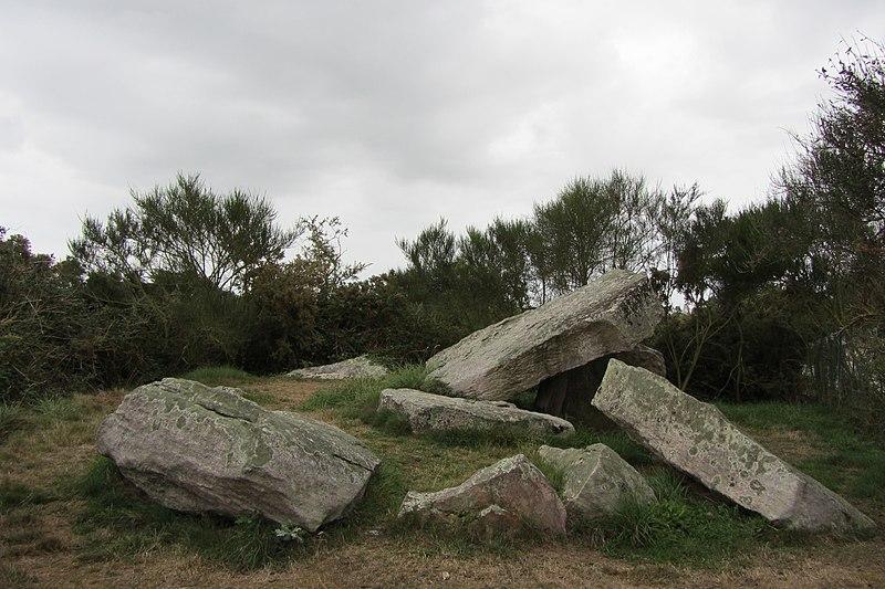 Photo du Monument Historique Dolmen avec cairn situé à Erquy