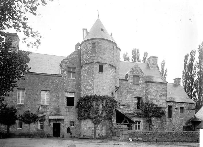 Photo du Monument Historique Ancienne abbaye Sainte-Croix situé à Guingamp