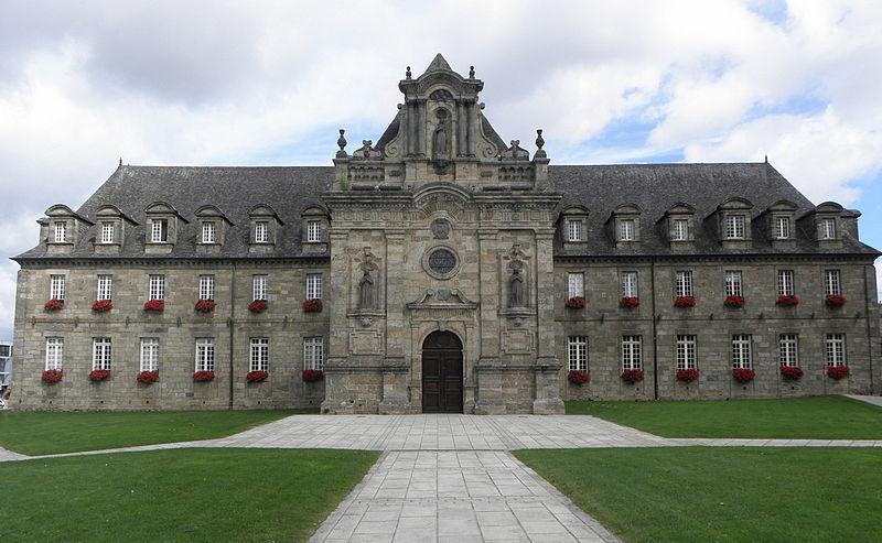Photo du Monument Historique Ancien monastère des religieuses hospitalières, puis ancien hospice, actuel hôtel de ville situé à Guingamp