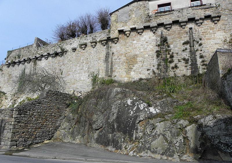 Photo du Monument Historique Restes des remparts situé à Guingamp