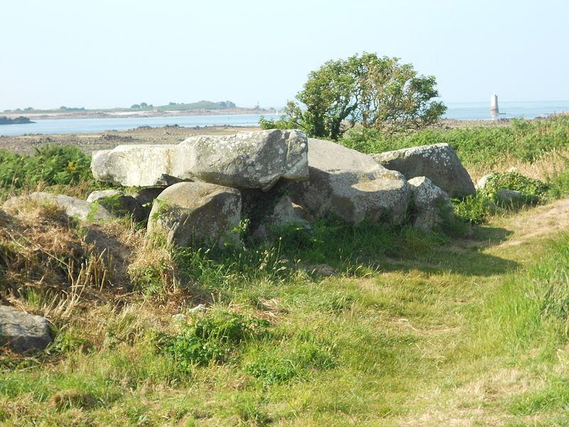 Photo du Monument Historique Allée couverte de Men-ar-Rumpet situé à Kerbors
