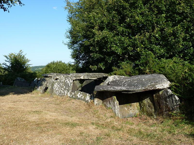 Photo du Monument Historique Trois allées couvertes situé à Laniscat
