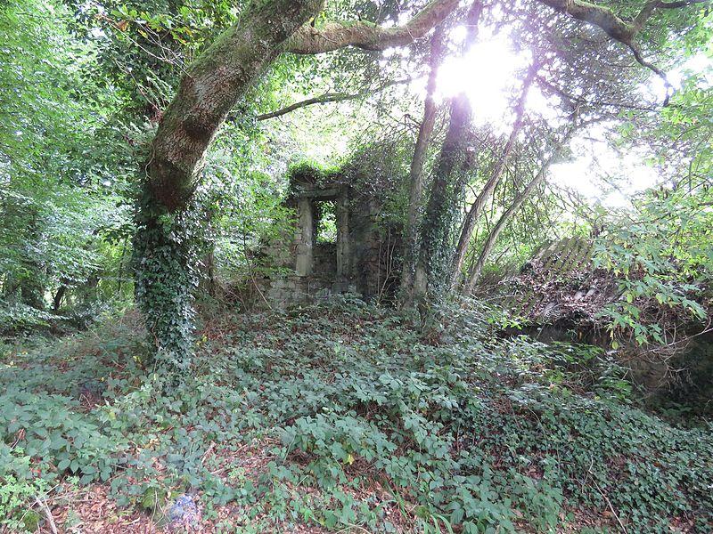 Photo du Monument Historique Ruines du château de Perrien situé à Lanrodec