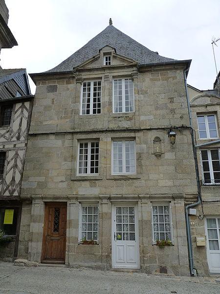 Photo du Monument Historique Maison à fronton situé à Moncontour