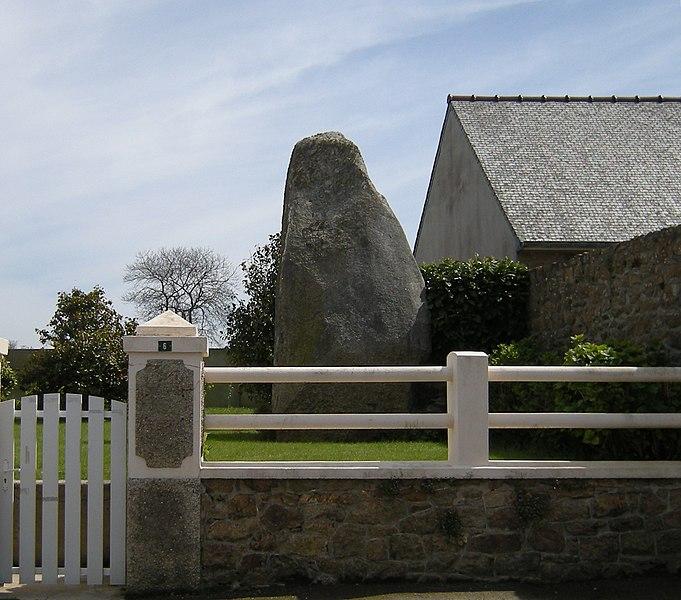 Photo du Monument Historique Menhir de Kerbelven situé à Penvénan