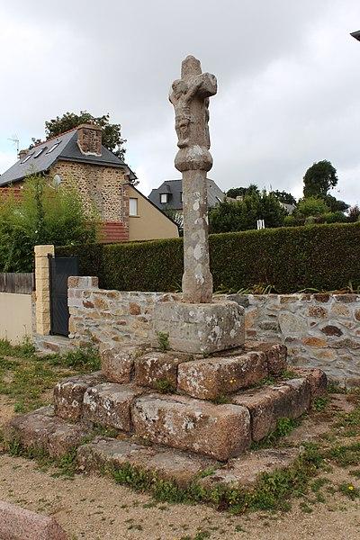 Photo du Monument Historique Croix du 18e siècle, située sur la hauteur dominant la plage de Trestaou situé à Perros-Guirec