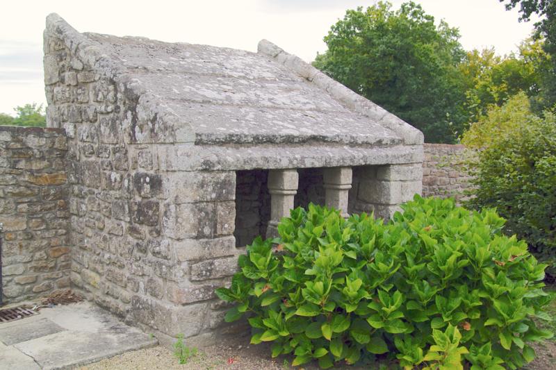 Photo du Monument Historique Ossuaire, adossé au mur du cimetière situé à Plélan-le-Petit