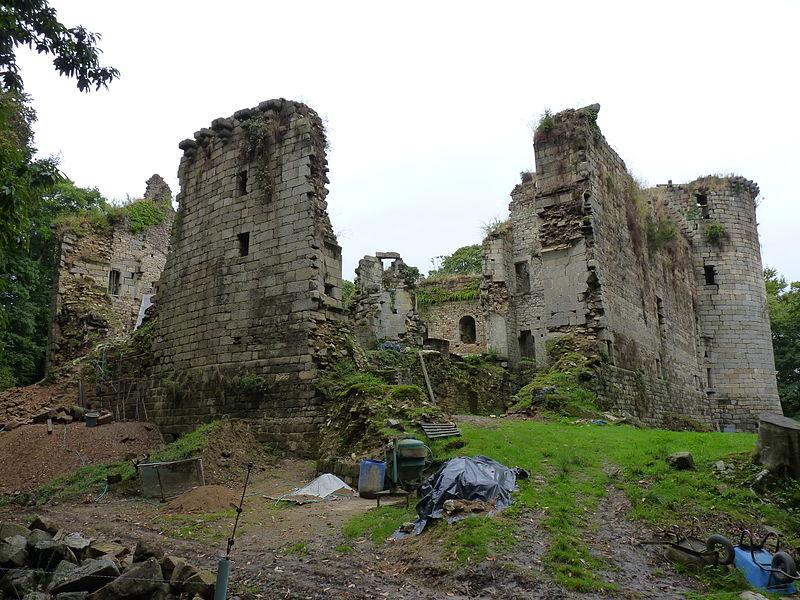 Photo du Monument Historique Restes du château de Coatfrec situé à Ploubezre