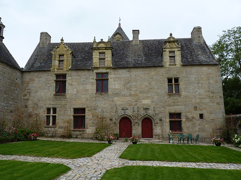 Photo du Monument Historique Manoir de Lesmoal situé à Plounérin
