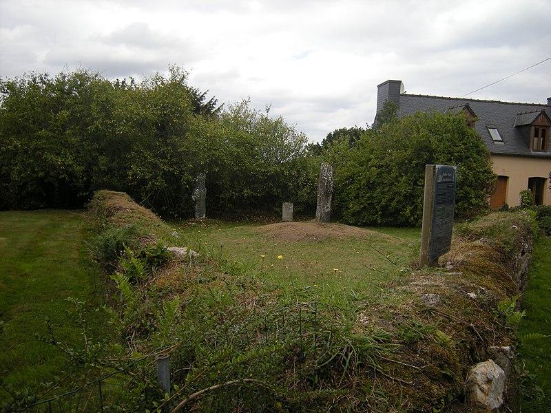 Photo du Monument Historique Croix funéraire à inscription situé à Plourivo