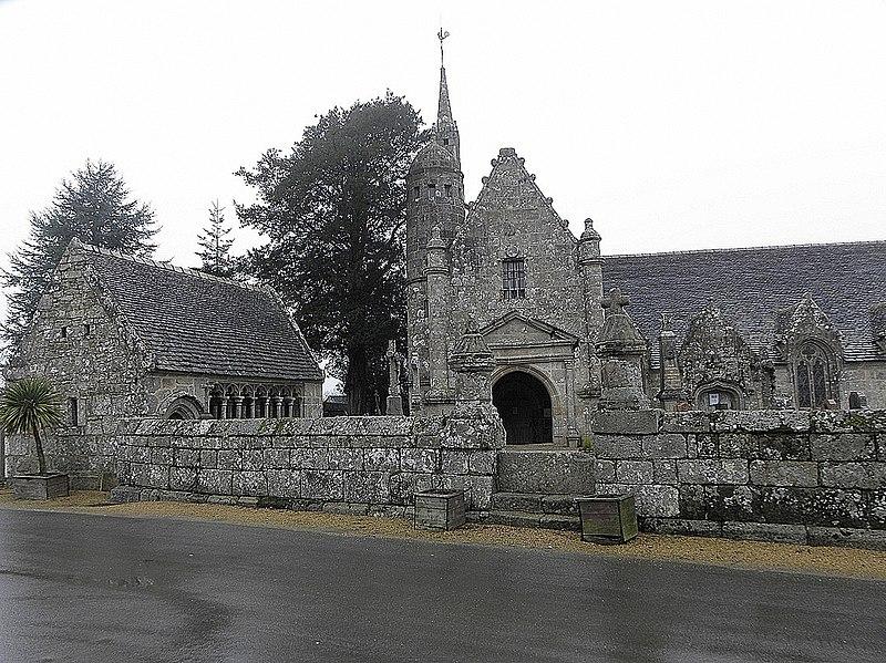 Photo du Monument Historique Ensemble architectural formé par l'église Saint-Sylvestre, l'ossuaire, le calvaire et la clôture du cimetière situé à Plouzélambre