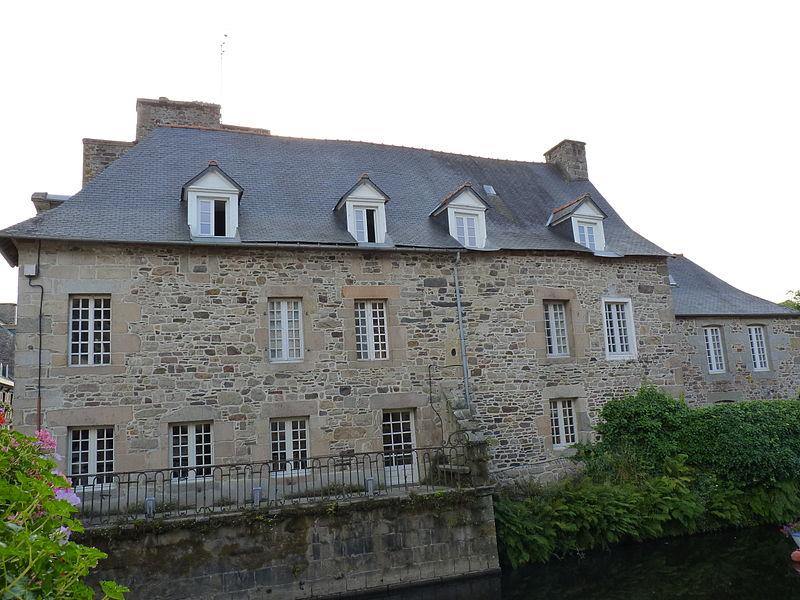Photo du Monument Historique Maison à balcon, près du Trieux situé à Pontrieux