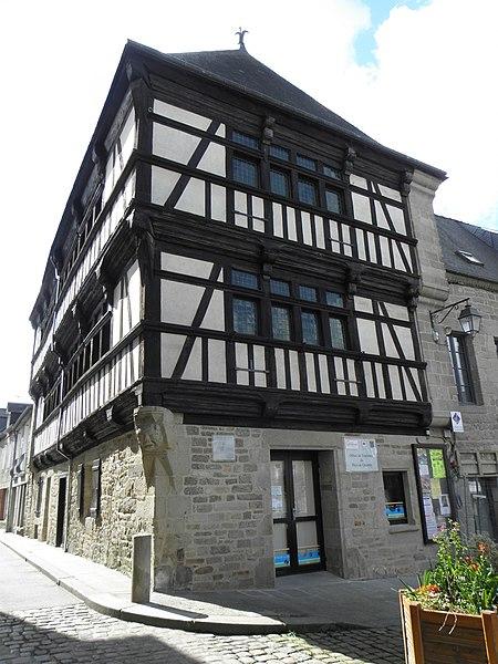 Photo du Monument Historique Ancien hôtel Poulain, actuellement office de tourisme situé à Quintin