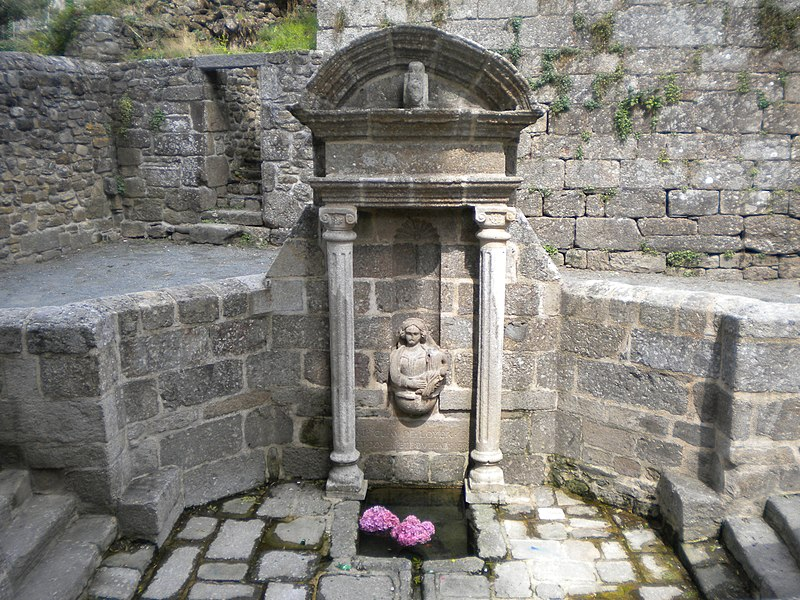 Photo du Monument Historique Fontaine du 16e siècle situé à Rostrenen