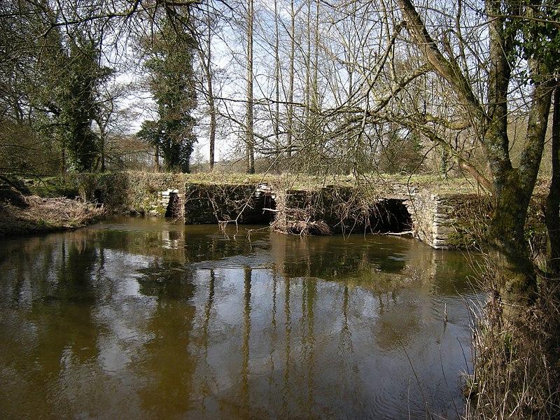 Photo du Monument Historique Pont gaulois dit de Sainte-Catherine (également sur commune de Plounévézel, dans le Finistère) situé à Treffrin