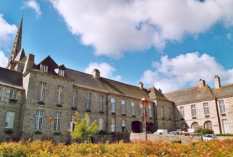 Photo du Monument Historique Ancien évêché, actuellement presbytère, mairie et hôtel de ville situé à Tréguier