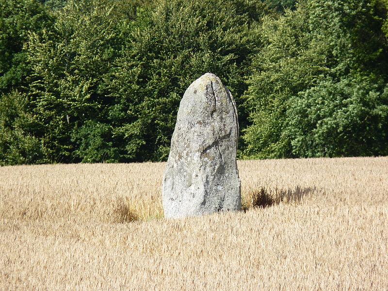 Photo du Monument Historique Menhir de Pasquiou situé à Le Vieux-Bourg