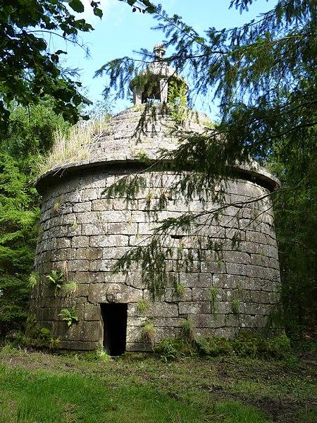 Photo du Monument Historique Colombier de Lesmoal situé à Plounérin