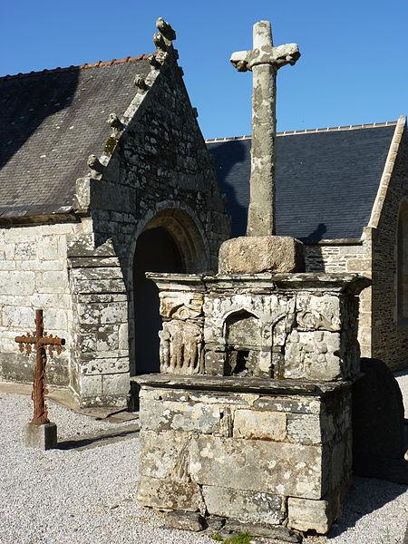 Photo du Monument Historique Calvaire de Rosquelfen, situé dans le cimetière de la chapelle de Rosquelfen situé à Laniscat