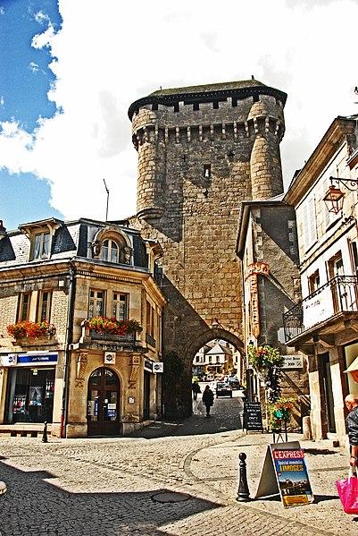 Photo du Monument Historique Porte de ville dite Porte Saint-Jean (avec la courtine adjacente) situé à La Souterraine