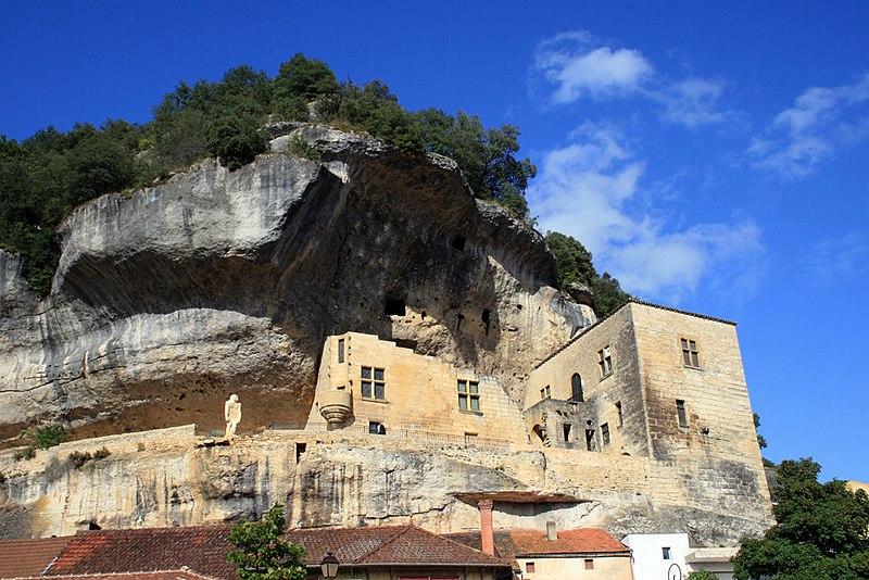 Photo du Monument Historique Château de Tayac et ses dépendances situé à Eyzies-de-Tayac-Sireuil (Les)