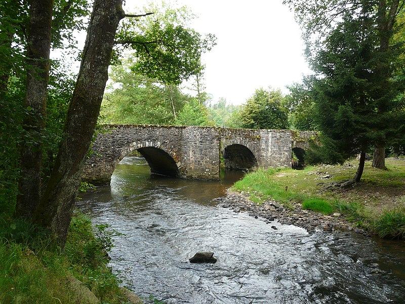 Photo du Monument Historique Pont dit Pont de la Tour sur la rivière de l'Isle (également sur communes de Saint-Yrieix-la-Perche et Le Chalard, dans la Haute-Vienne) situé à Jumilhac-le-Grand