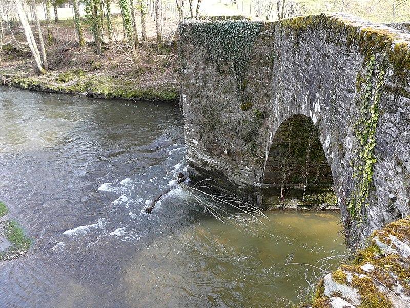 Photo du Monument Historique Pont de Laveyra sur l'Auvézère situé à Payzac