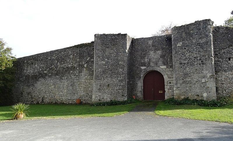 Photo du Monument Historique Château de Puyguilhem situé à Thénac