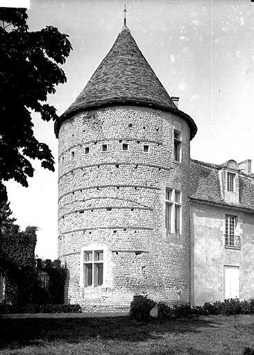 Photo du Monument Historique Tour château de la Rigale situé à Villetoureix