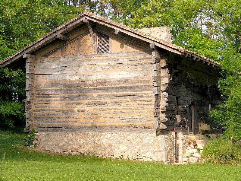 Photo du Monument Historique Maison à empilage de poutres de Saint-Germain situé à Sainte-Sabine-Born