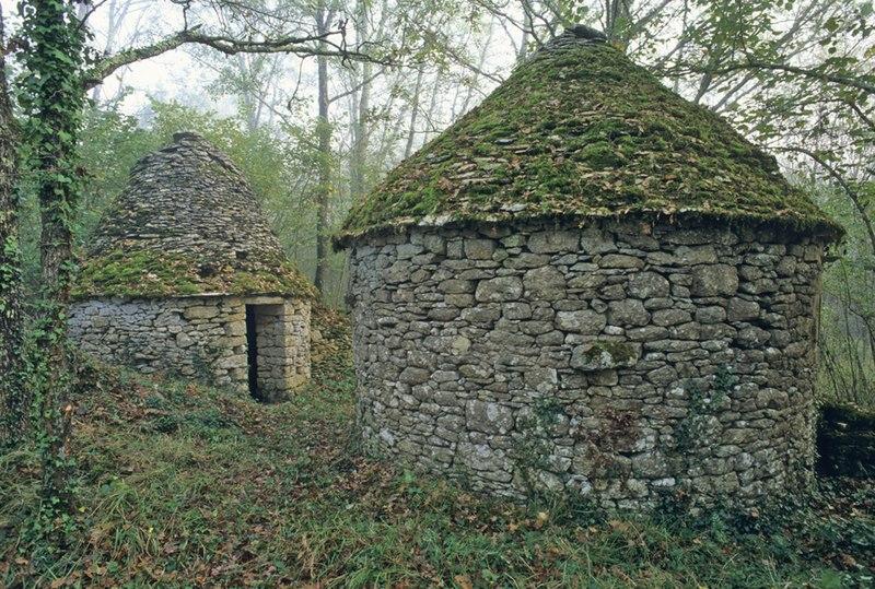 Photo du Monument Historique Cabanes en pierre sèche n° 24 et 25, situées en vis-à-vis situé à Badefols-sur-Dordogne