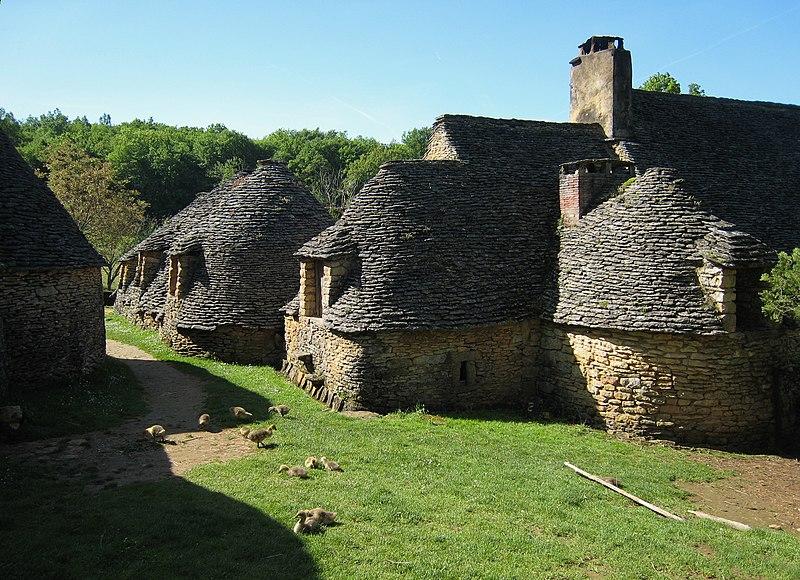 Photo du Monument Historique Maison d'habitation et cabanes en pierre sèche du Breuil situé à Saint-André-d'Allas