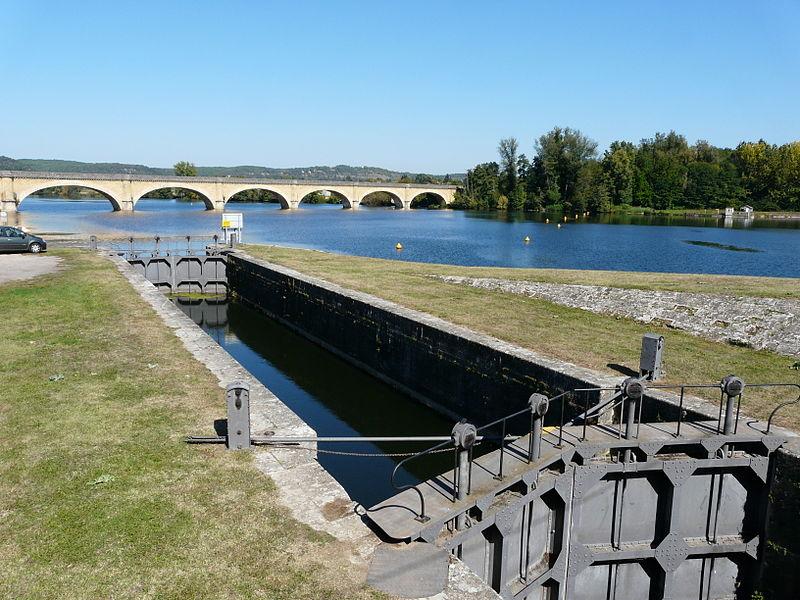Photo du Monument Historique Canal de Lalinde (écluse de Mauzac, y compris l'aqueduc d'alimentation du canal, le pont supérieur qui lui fait suite et les façades et toitures de la maison éclusière de Mauzac) situé à Mauzac-et-Grand-Castang