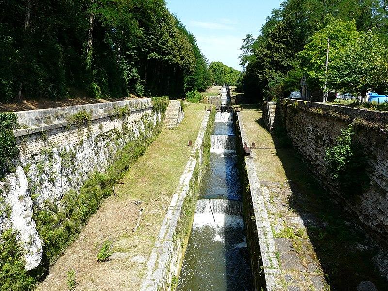 Photo du Monument Historique Canal de Lalinde (groupe des écluses, y compris le bassin de croisement, ponts supérieur et inférieur, façades et toitures des maisons éclusières aval et amont, lieudit Tuilières) situé à Mouleydier