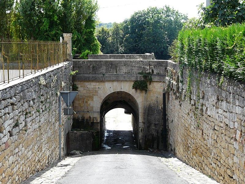 Photo du Monument Historique Canal de Lalinde (pont-canal et murs d'encaissement qui lui font suite) situé à Saint-Capraise-de-Lalinde