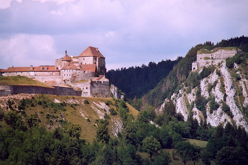 Photo du Monument Historique Château de Joux situé à La Cluse-et-Mijoux
