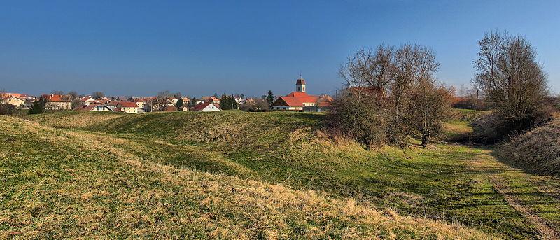 Photo du Monument Historique Château des Archevêques (ruines) situé à Etalans