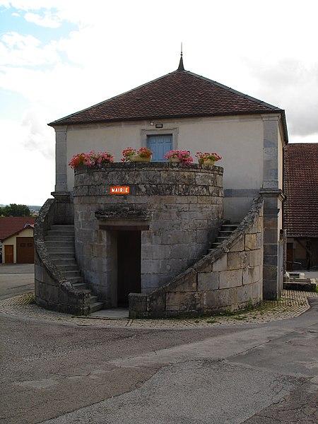 Photo du Monument Historique Mairie-lavoir situé à Gennes