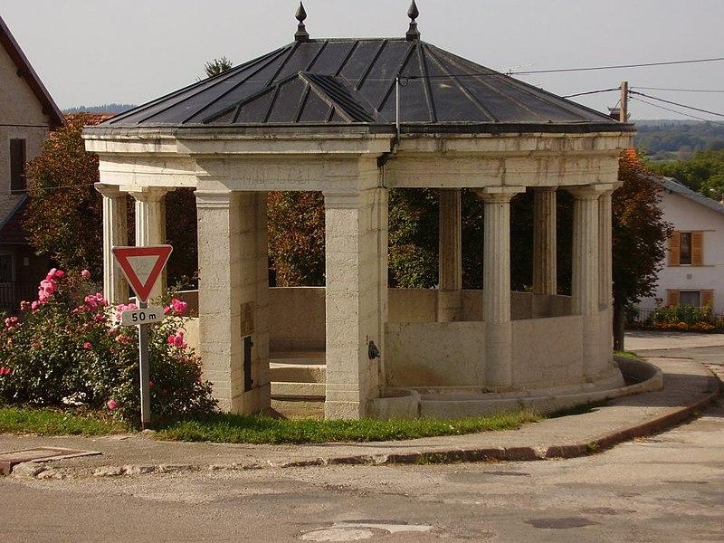 Photo du Monument Historique Fontaine-lavoir situé à Loray