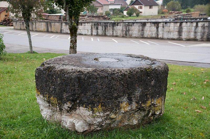 Photo du Monument Historique Pierre des redevances situé à Mouthe