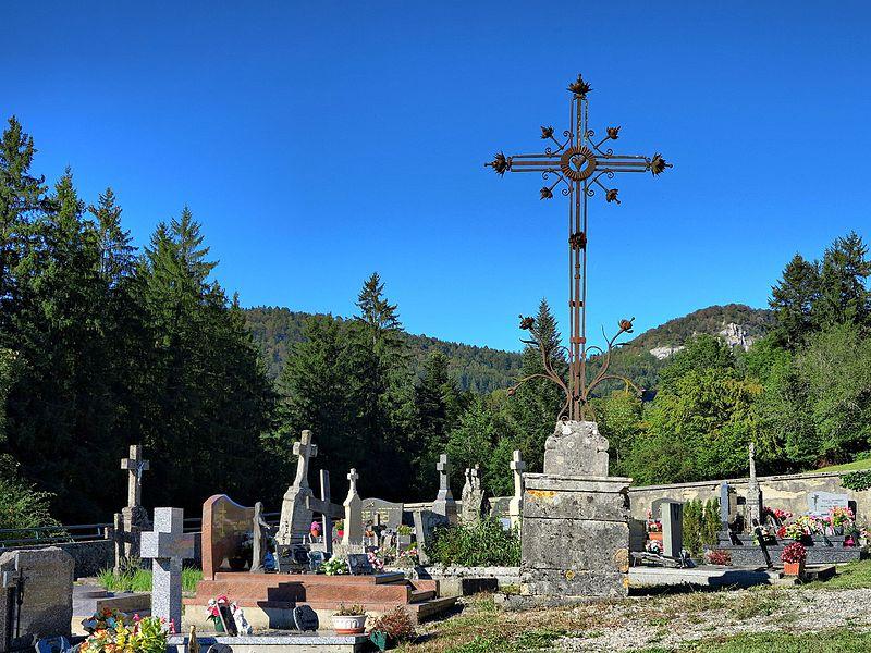 Photo du Monument Historique Croix de cimetière situé à Laval-le-Prieuré