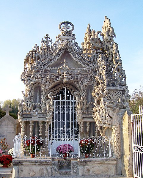 Photo du Monument Historique Tombe du Facteur Cheval situé au cimetière communal situé à Hauterives