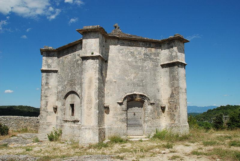Photo du Monument Historique Chapelle funéraire (ruines) situé à Saint-Restitut