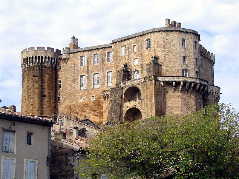 Photo du Monument Historique Château et son parc situé à Suze-la-Rousse