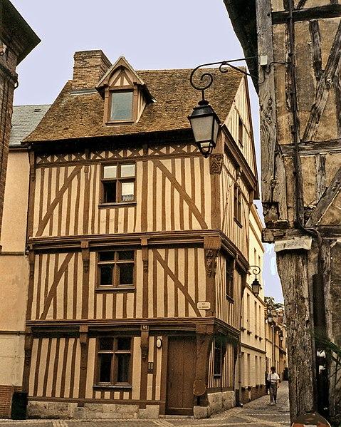 Photo du Monument Historique Maison à pans de bois situé à Louviers