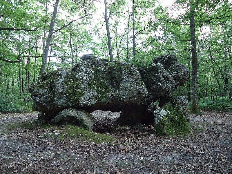 Photo du Monument Historique Dolmen dit La Pierre Courcoulée situé à Les Ventes